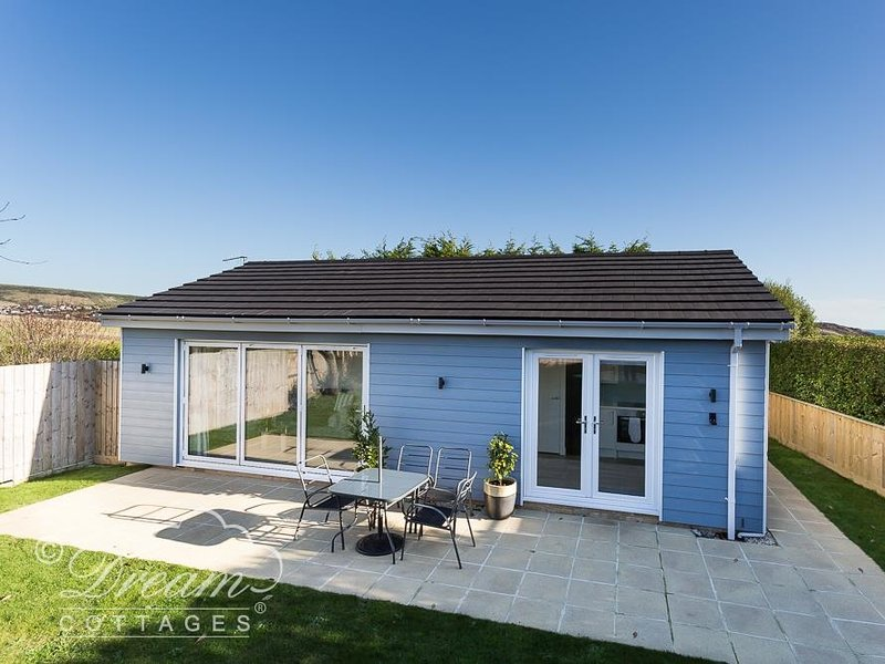 OUTLOOK LODGE, Contemporary Chalet, Sleeps 4, enclosed private garden, WiFi, vacation rental in Ringstead
