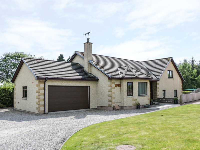 BENVIEW HOUSE, perfect for families, snug, and games room, in Muir of Ord, holiday rental in Kirkhill