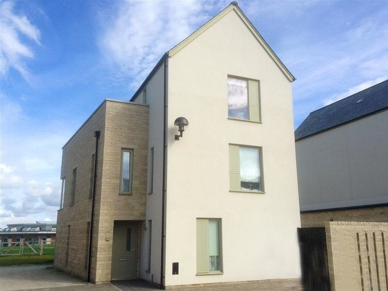 OSPREY HOUSE, contemporary house, sleeps 7, Rooftop balcony with views, WiFi, location de vacances à Castletown