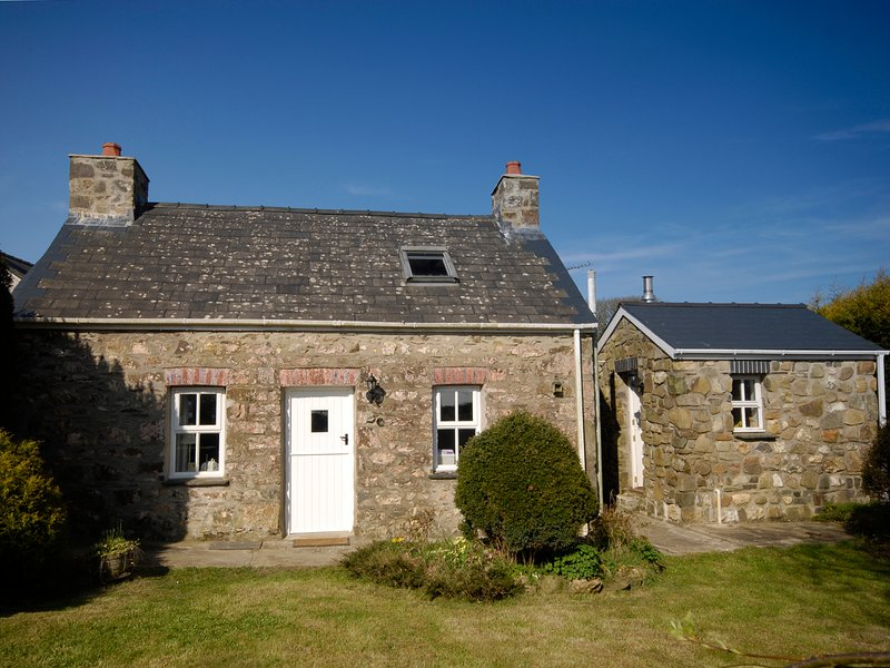 ANN PERROTS COTTAGE, woodburning stove, cosy interior near Castlemorris, holiday rental in Letterston