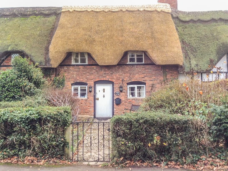ACORN COTTAGE, mid-terrace, thatched cottage, ideal for a couple, in, holiday rental in Wickhamford