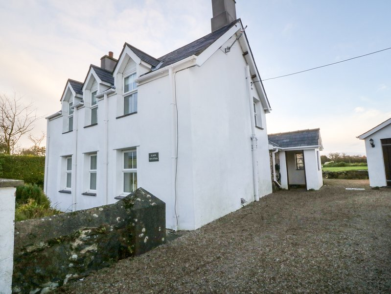 LLAIN RHUTTAN, rural location, traditional cottage, in Pwllheli, holiday rental in Rhoshirwaun