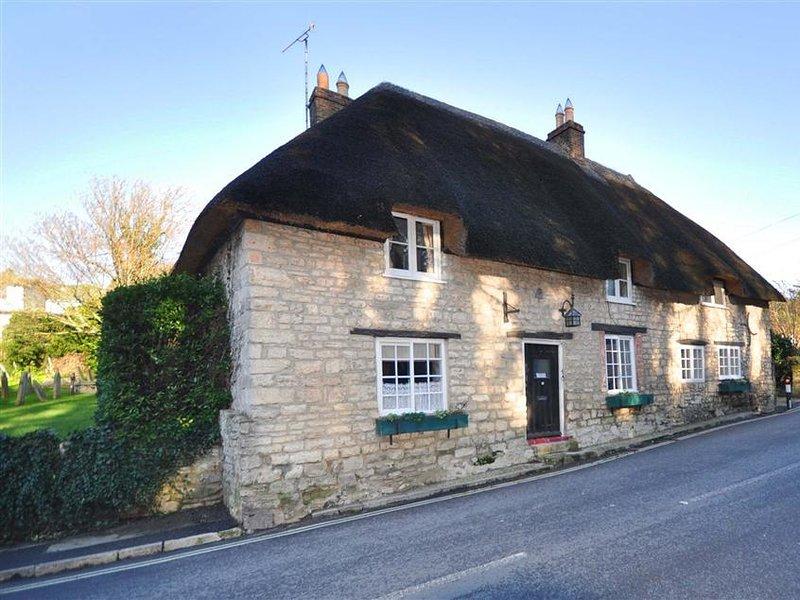 IVY COTTAGE, thatched cottage, sleeps 6, village location, WiFi, West Lulworth, location de vacances à Wool