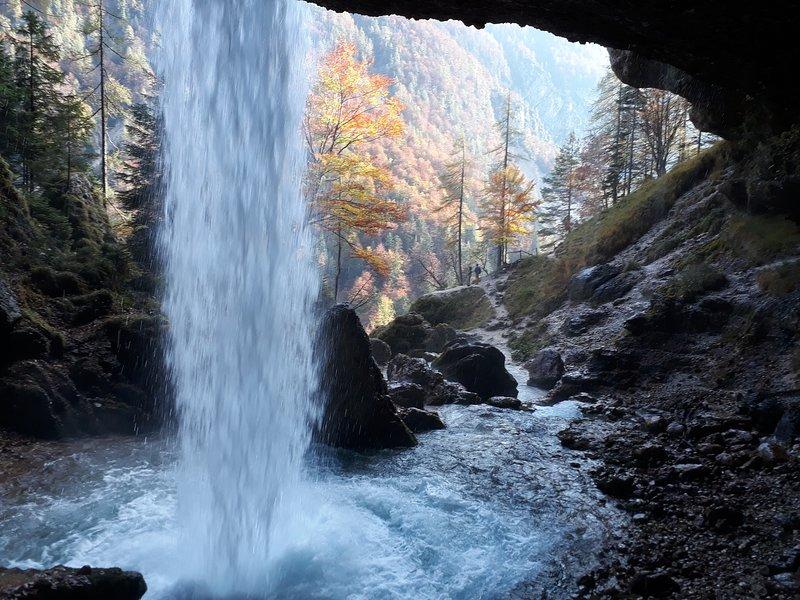 Schöner lokaler Wasserfall von der Höhle hinter dem Fall, der zum Tal schaut
