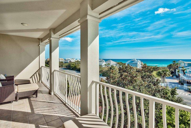 Ubicada en la playa de Santa Rosa, esta casa tiene impresionantes vistas del Golfo.