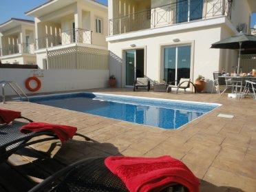 Stylish holiday villa with swimming pool, holiday rental in Anafotida