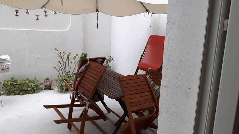 loft  avec cour 5mn à pied des plages ,dans quartier animé,marchés,etc..à TOULON, aluguéis de temporada em Toulon