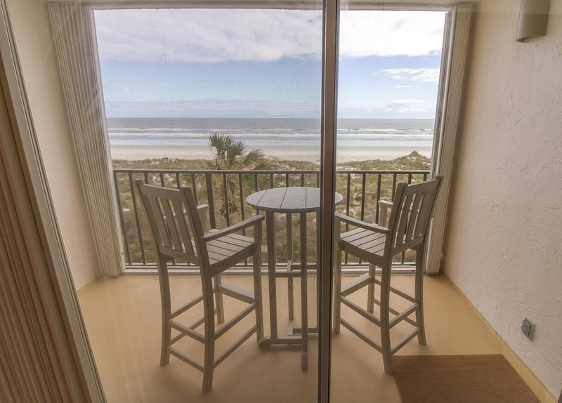 Completely Renovated ~ Beautiful Oceanfront Condo ~ Heated Pool, location de vacances à Crescent Beach