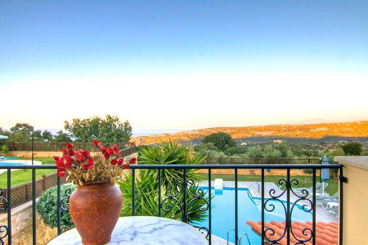 Villa Herbe, 8 personnes, 4 chambres à coucher, tout confort, vacances familiale, aluguéis de temporada em Kato Valsamonero