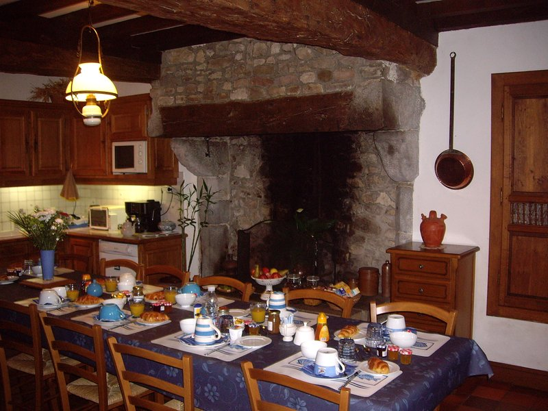 dining room: hot drinks, fresh and dried fruits, dairy products, breads, pastries, butters, cereals