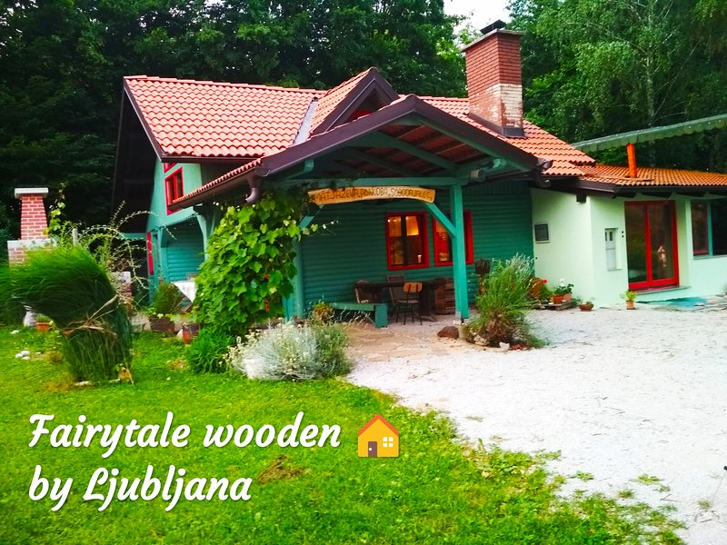 Fairytale Wooden house near Ljubljana very cheep- Matjazeva ponudba-fast interet, aluguéis de temporada em Nova Vas
