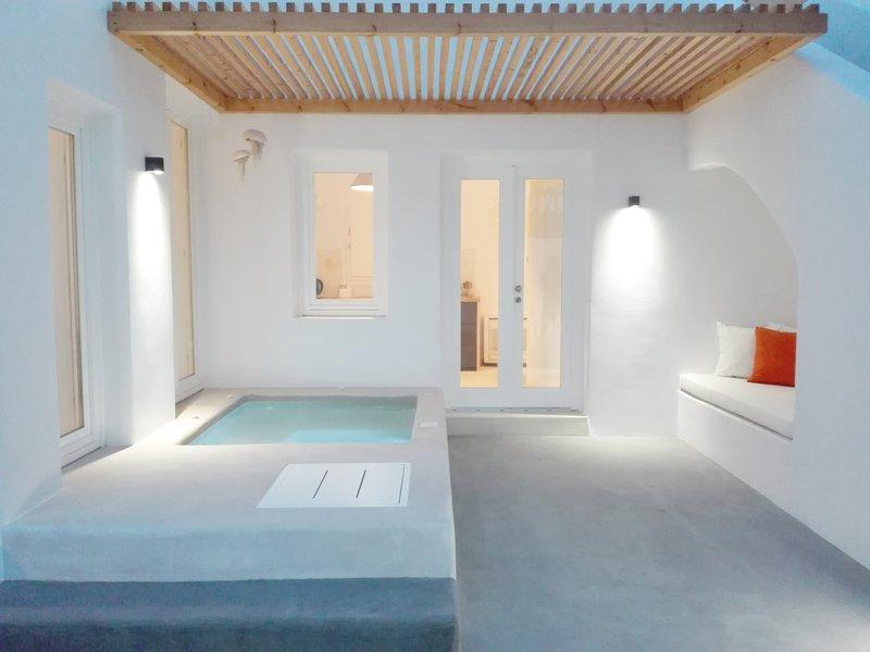 Thiro Deluxe Villa with outdoor jet tub, casa vacanza a Fira