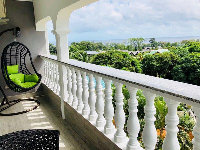 Villa composta da 3 appartamenti indipendenti,prezzo 180 euro per appartamento, location de vacances à Mare Anglaise