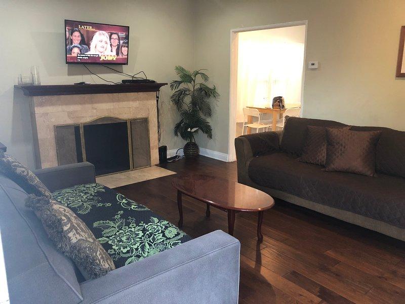 Unique 2 Bedroom Home in Burbank, vacation rental in Burbank