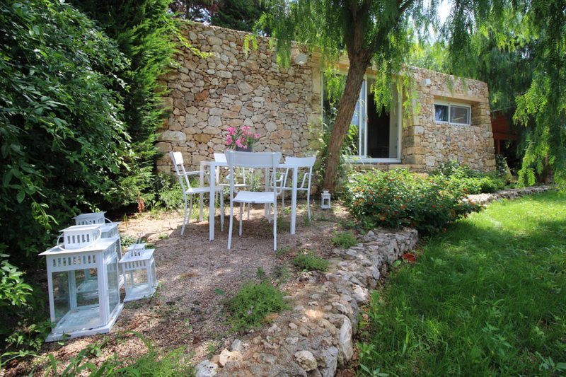 The private garden and the external view of Ca 'Bouganville