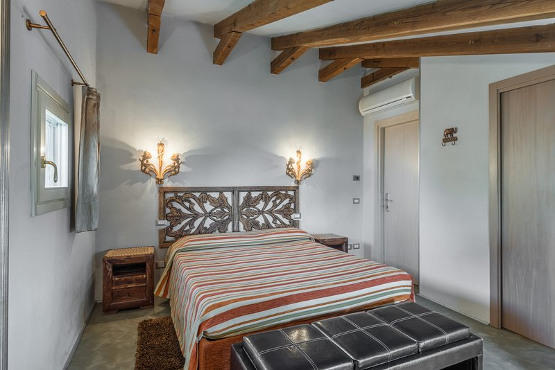 Villa San Bastiano, 5 bedrooms up to 12 people. Pool, Jacuzzi, A/C and Wi-Fi! – semesterbostad i Montevettolini