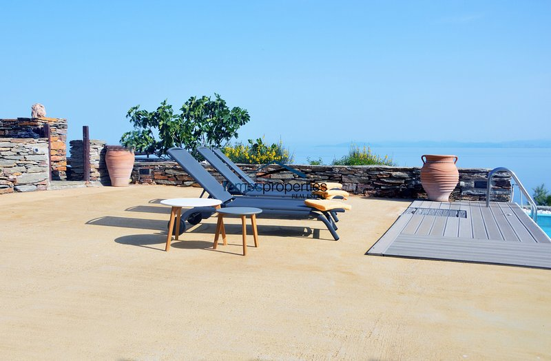 Comfortable family villa with a swimming pool and sea view in the area of Otzia, alquiler vacacional en Ceos