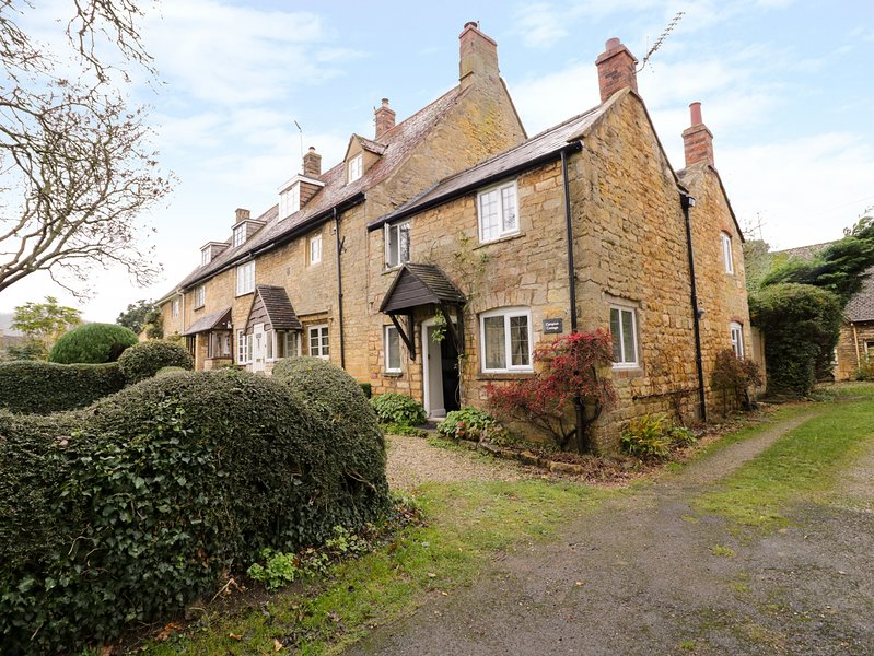 CAMPION COTTAGE, stone-built, woodburning stove, close to amenities, in, vakantiewoning in Willersey