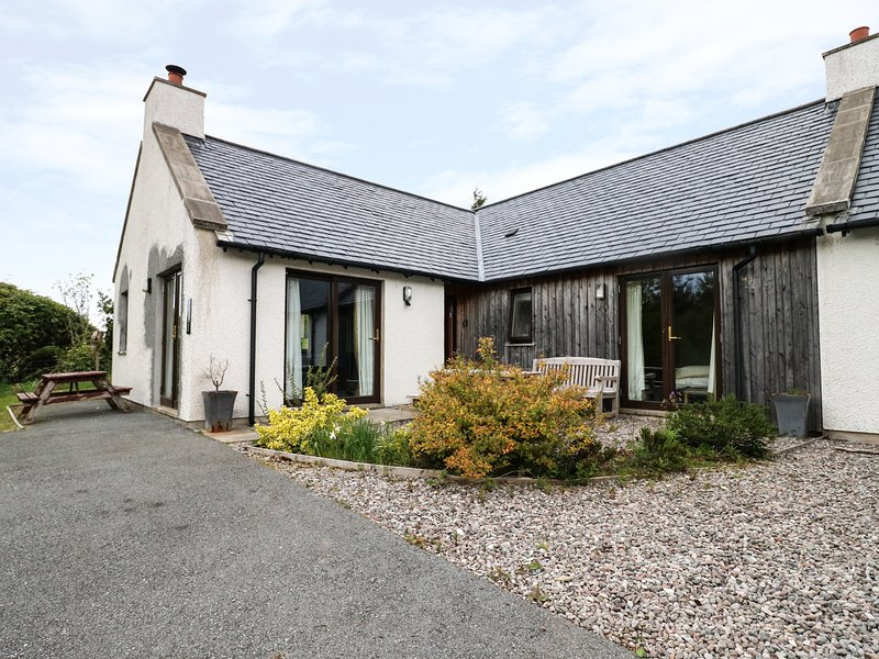 TULLACH BEG, multi-fuel stove, WiFi, en-suite, pet-friendly, vacation rental in Drumbuie
