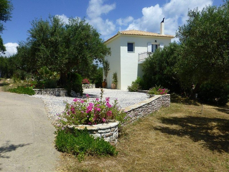 House in Idyllic Olive Grove with Stunning Panoramic Views & 8 min Walk to Beach, vacation rental in Koroni