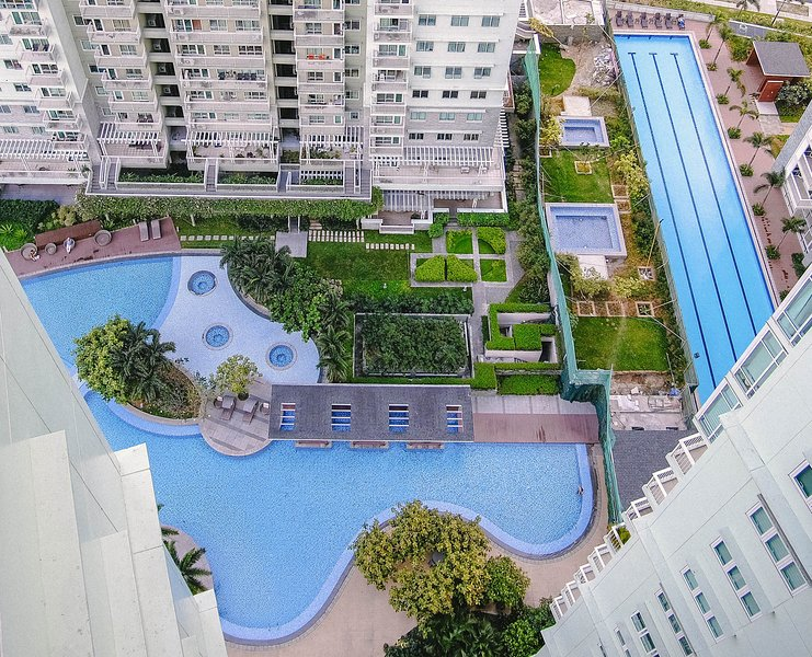 Pool View 1 Bedroom Unit in Two Serendra BGC Fully Furnished near SM Aura, vacation rental in Taguig City