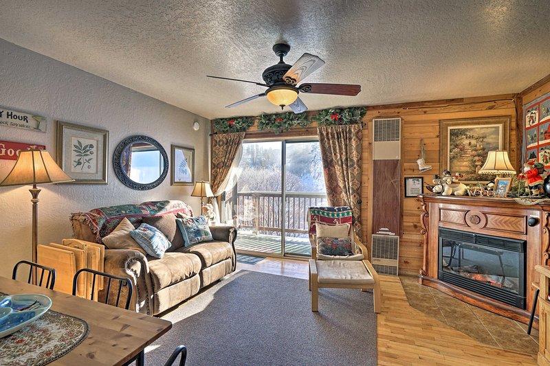 I 2.000 piedi quadrati della casa e 2 soggiorni separati offrono ampio spazio.