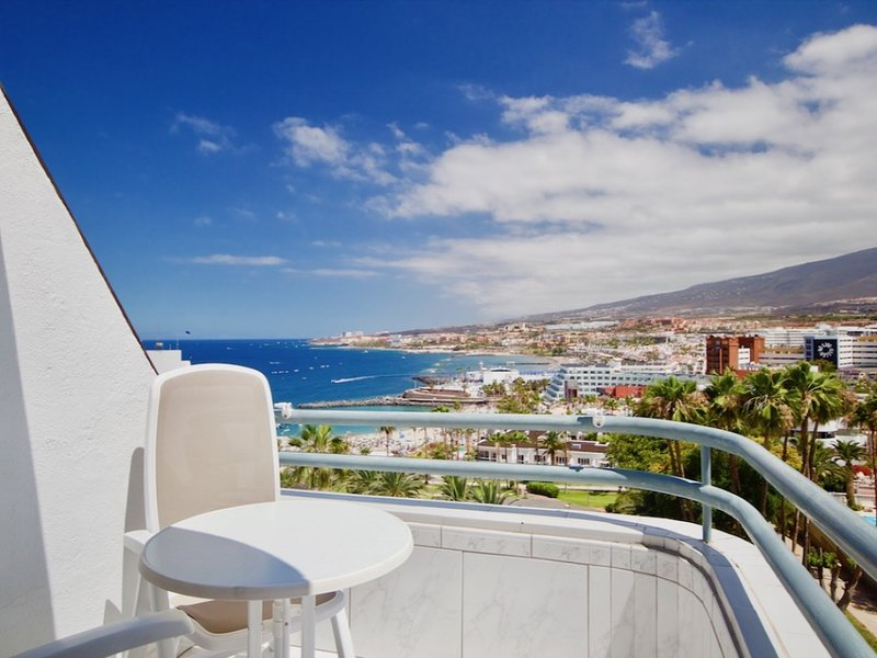 Casa Atlantis almost on the sea, balcony with dream sea view, heated pool, wifi, holiday rental in Costa Adeje