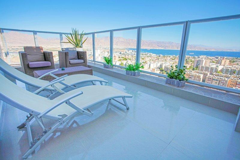 ★ Amazing View ★ Relaxing Balcony ★ Quiet, vakantiewoning in Eilat