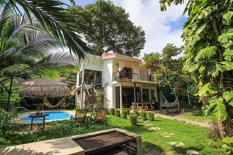 Tropical Beach Villa / SurfHouse, Hermosa, Santa Teresa beach, 5 rooms / 12 pax., holiday rental in Mal Pais