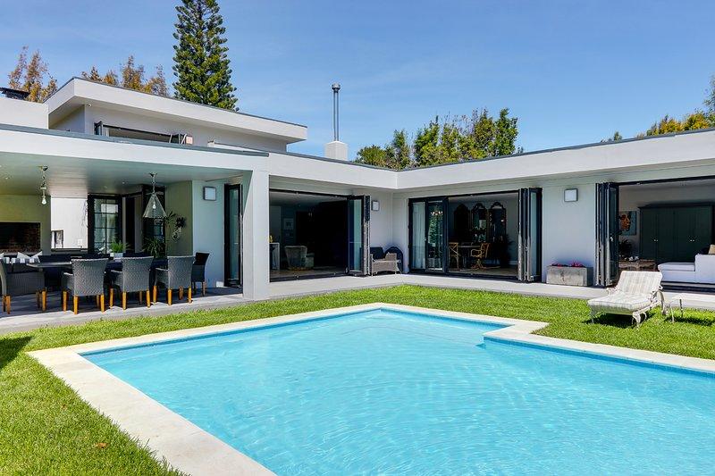 Stunning 5 bedroom en-suite home with tennis court, vacation rental in Bergvliet