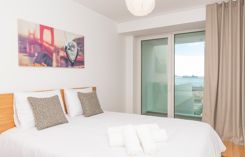 Riverside Luxury Apartment, by Home With a View, Ferienwohnung in Paco de Arcos