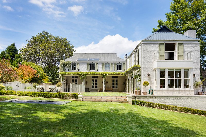 Large 6 bedroom home on Constantia wine-farm, holiday rental in Constantia
