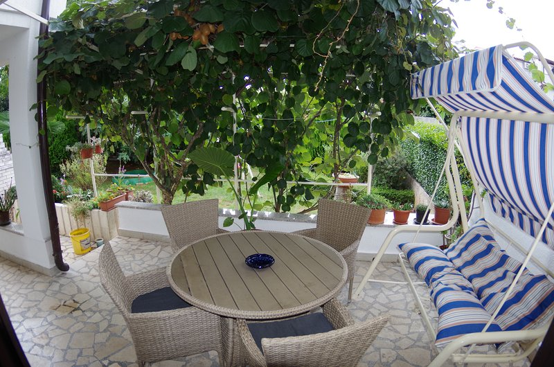 Spacious holiday apartment '1', 1km from the beach, holiday rental in Valbandon