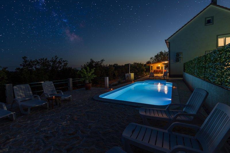 Villa Paloma Blanca - Four Bedroom Villa with Pool View, holiday rental in Cista Provo