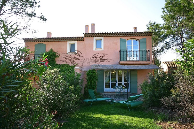 St Endreol 2 bedroom town house with shared indoor and 2 outdoor pools, holiday rental in La Motte