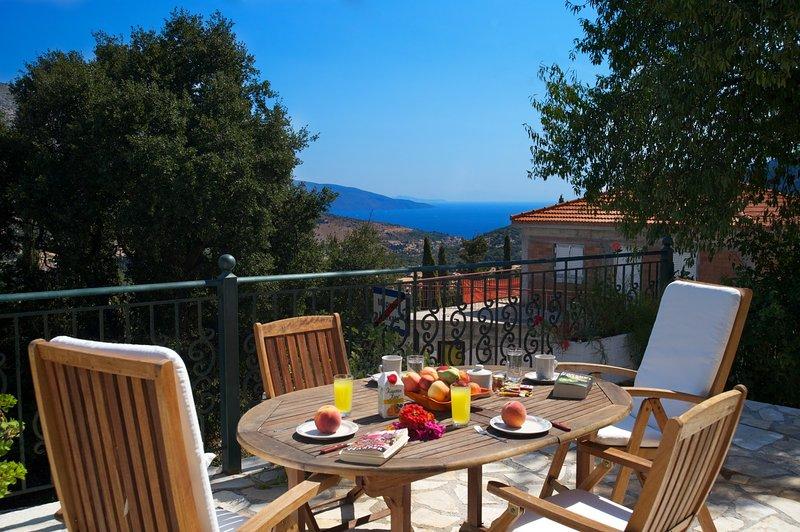 Com maravilhosas vistas sobre o mar e o vale verdejante de Pylaros.