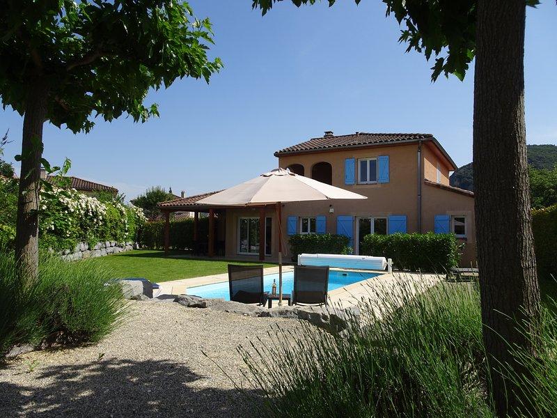 Villa Lumière voor 8 personen met privézwembad, holiday rental in Vallon-Pont-d'Arc