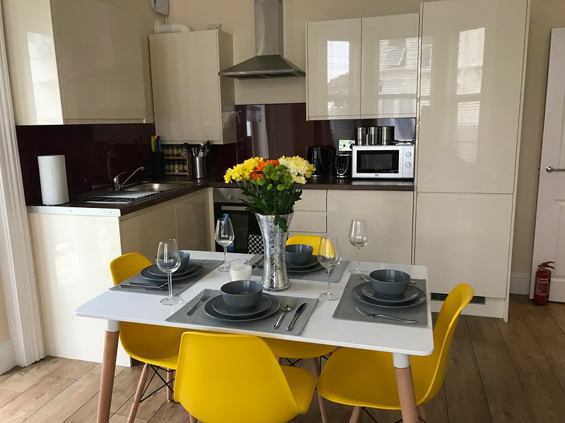 Greyfrars 1 - 2 Bed Apartment - Close to Beach & Town Centre - Free Parking, vacation rental in Walton-on-the-Naze