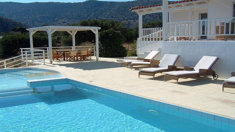 Serenity,panoramic view,mountain,comfortable, location de vacances à Fourni