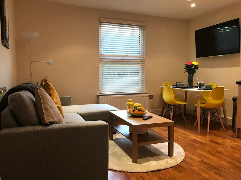 Modern Private - 1 Bed Flat in Bush Hill Park - Enfield, casa vacanza a Broxbourne