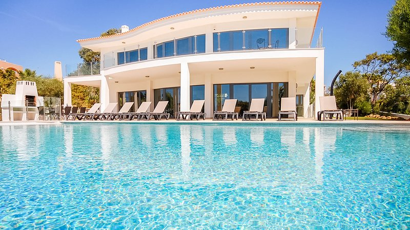 ROSAN Luxury villa, heatable pool ,games room,100m from Gale beach,AC,free WiFi, vacation rental in Albufeira