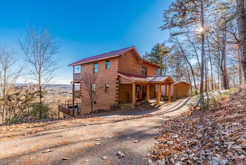 Above and Beyond | 3BR 3BA | Gorgeous Mountain Views | Gas Fire Pit | Hot Tub, holiday rental in Demorest