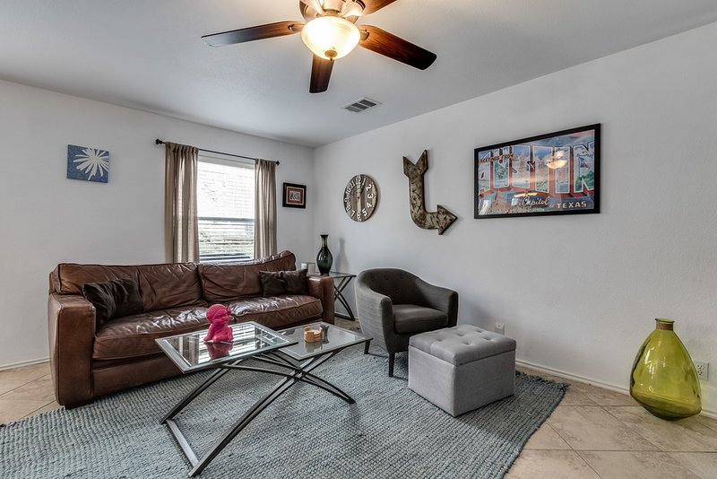 Clean-cozy-cool South Austin home 15 min from DT and next to large shopping area, holiday rental in Buda