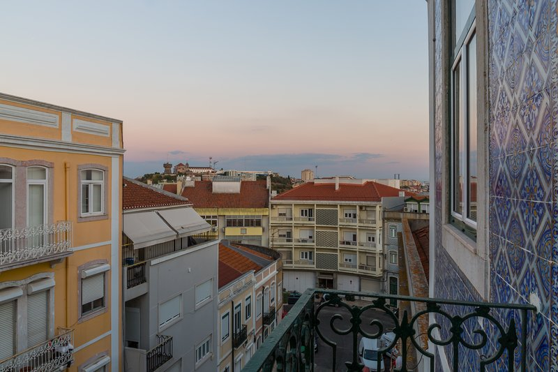 A room in a home with a view over Lisbon's beauty, holiday rental in Lisbon