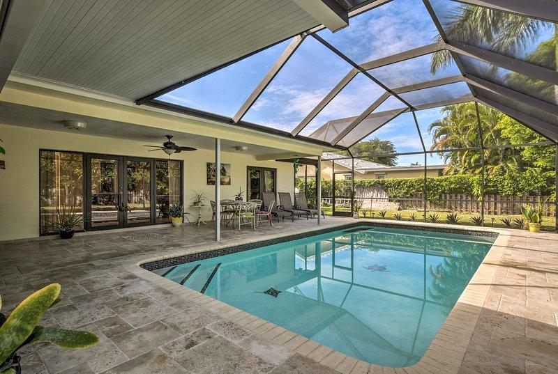 Esta propiedad cuenta con un lanai privado, con mosquitero y piscina.
