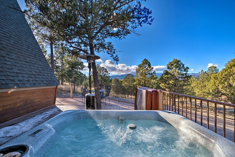 Snowcap Lodge boasts stunning mountain views & a private outdoor hot tub.