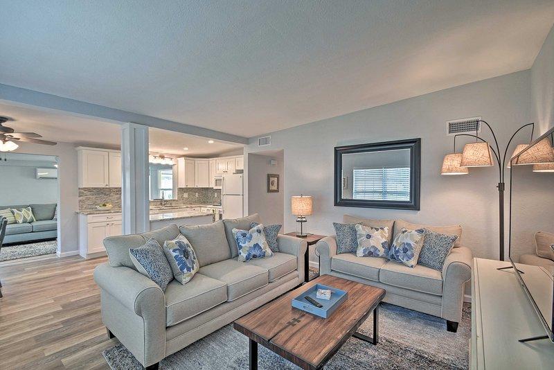 Family Home w/Courtyard 2 Mi to Indian Rocks Beach, holiday rental in Belleair Bluffs