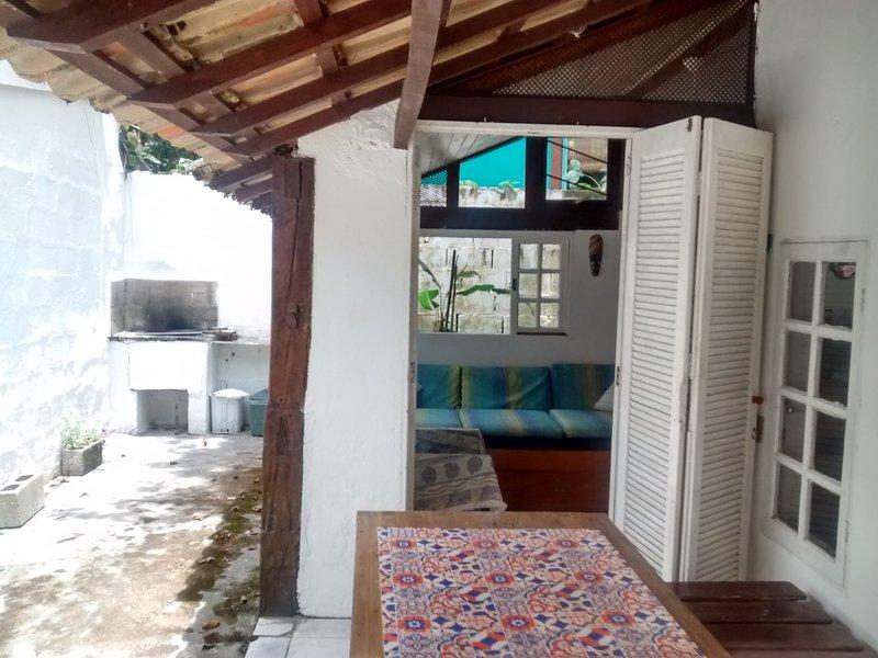 A 100m da praia/Casa 03/área central/rua tranquila/caseiros/wi-wi/estacionamento, aluguéis de temporada em Praia Barra do Sahy