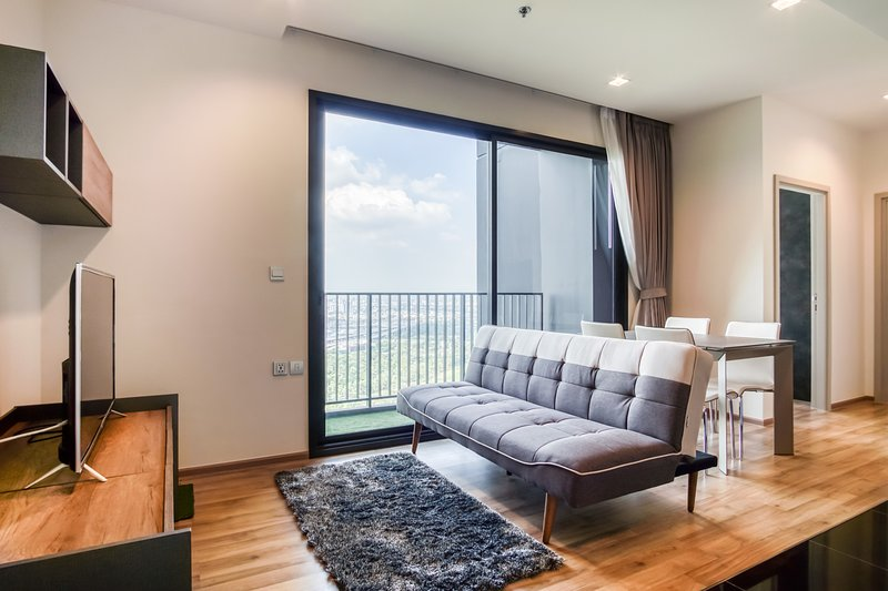 Modern & Cozy 2 Bed Apt w/Blacony in the LINE -Mochit, aluguéis de temporada em Lat Phrao
