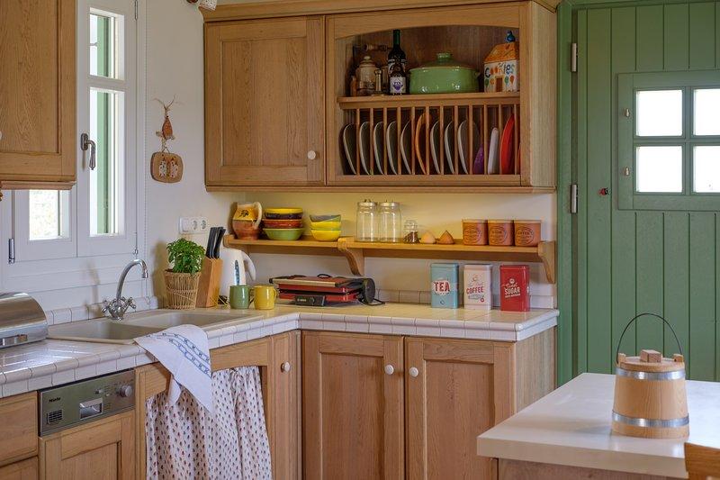 Una cucina luminosa e spaziosa con tutti gli elettrodomestici necessari di cui ha bisogno una famiglia.